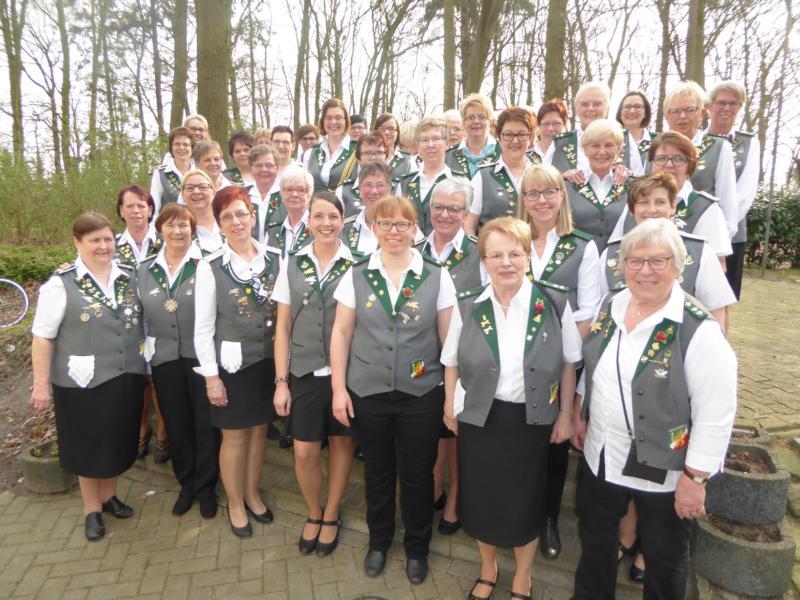 hier siehst du das Gruppenfoto vom Damenzug